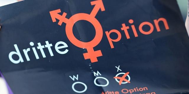 """Plakat mit Intersex-Symbol und der Aufschrift """"dritte Option"""""""