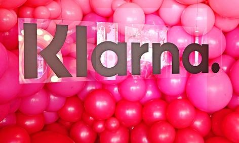 Logo des Zahlungsanbieters Klarna vor Luftballons