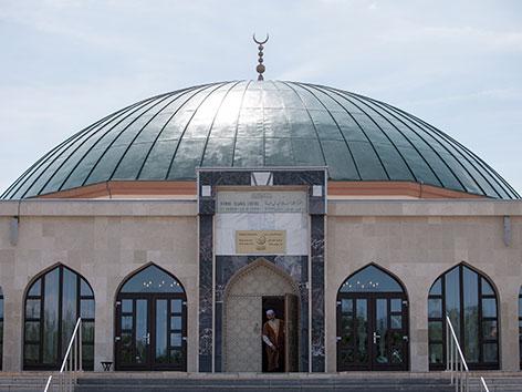 Ein Mann schaut aus dem Eingang der Moschee am Bruckhaufen