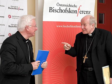 Der neue Vorsitzende der Österreichischen Bischofskonferenz, Franz Lackner (l.) und Kardinal Christoph Schönborn nach Abschluss der Vollversammlung der Bischofskonferenz