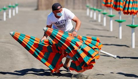 Mann mit Sonnenschirmen