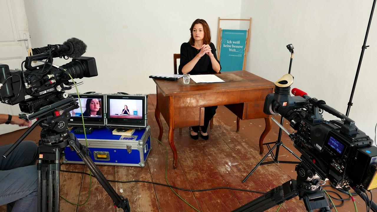 Laura Freudenthaler bei Bachmannlesung mit Kamera zuhause
