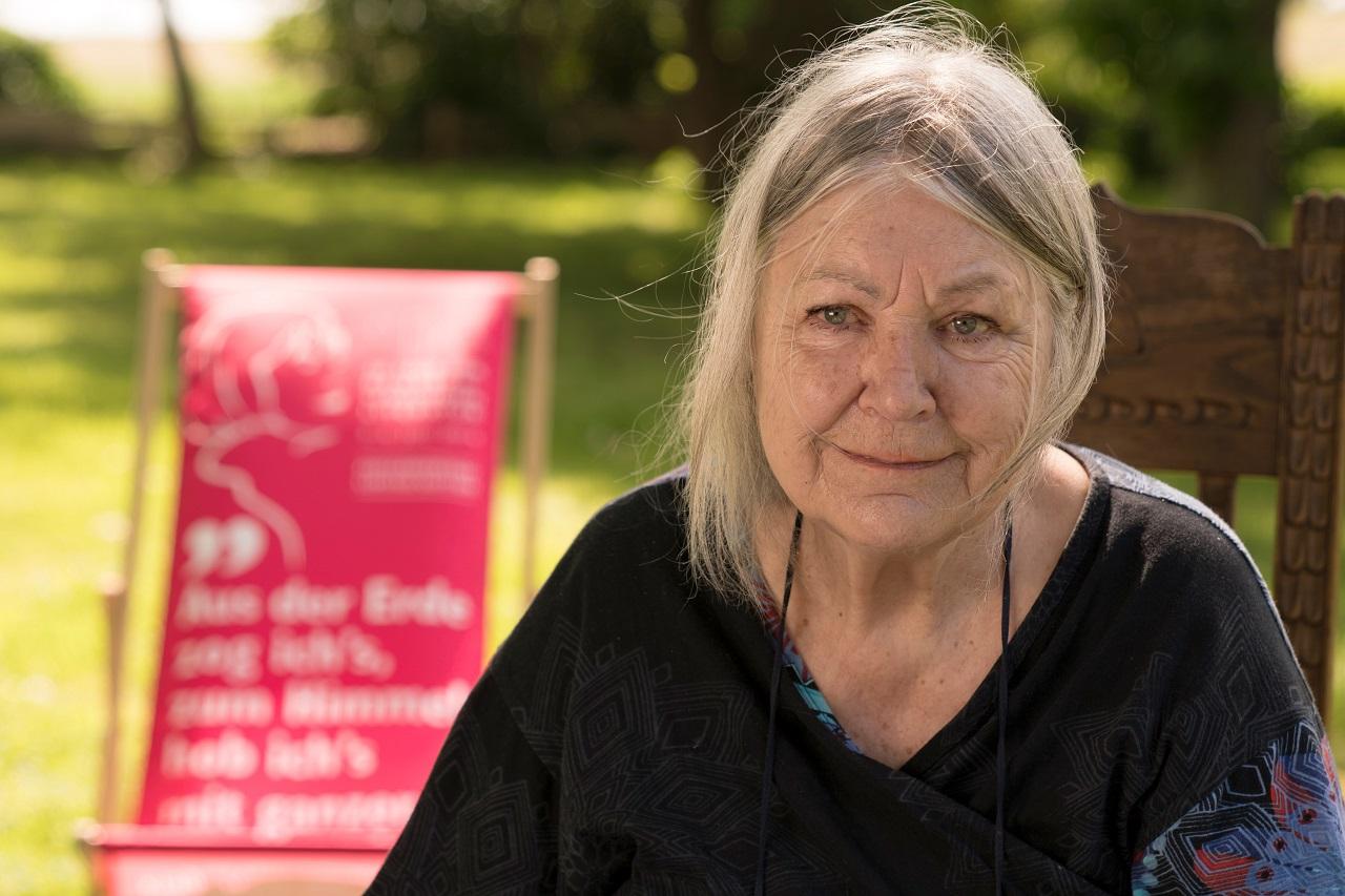 Helga Schubert sitzt im Garten
