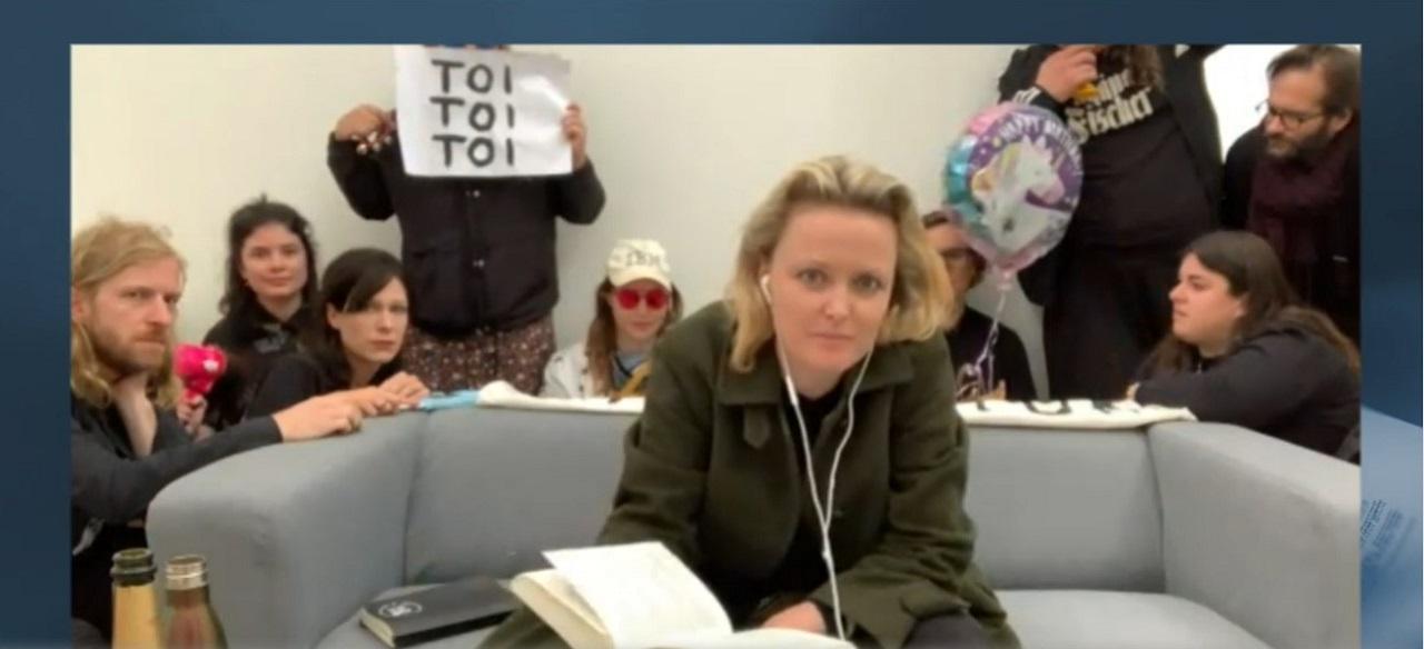 Lydia Haider und Freund*innen nach der Jury-Diskussion beim Bachmannpreis.