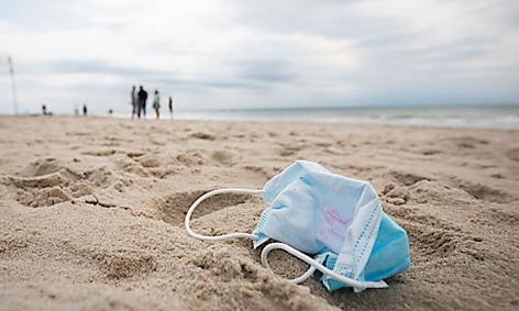 Ein gebrauchter Mundschutz liegt am Strand auf Sylt