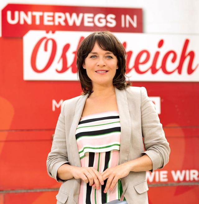 Eva Pölzl vor dem mobilen Studio