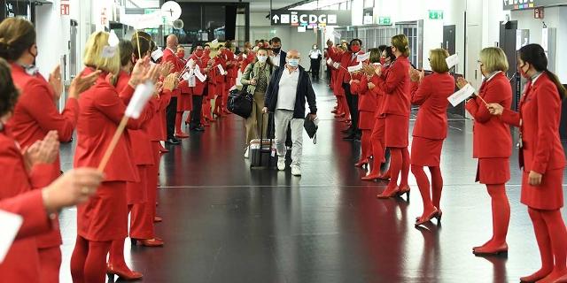 Fluggäste werden in Mallorca von AUA Besatzung begrüßt