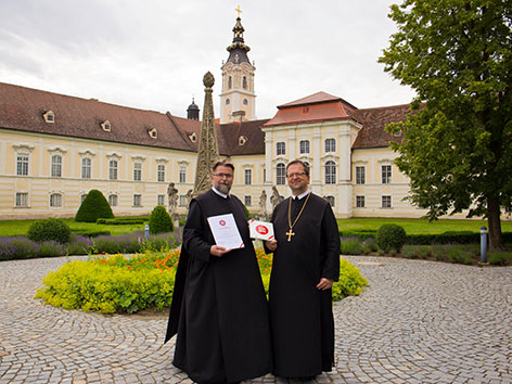 Prior Michael Hüttl (li.) und Abt Thomas Renner vor dem Stift Altenburg