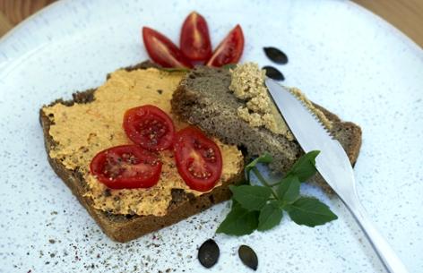 Eine Scheibe Brot mit Gemüseaufstrich