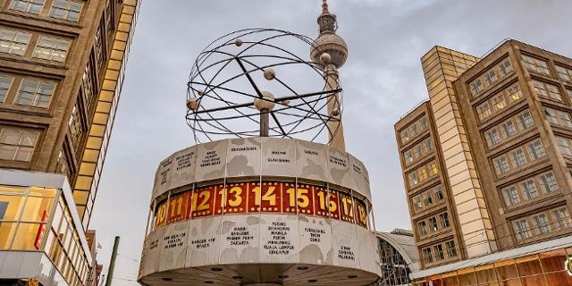 Die Weltzeituhr am Alexanderplatz in Berlin