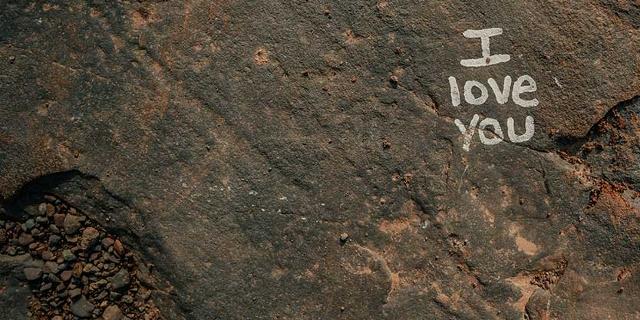 """""""I love you""""-Schriftzug auf Fels"""