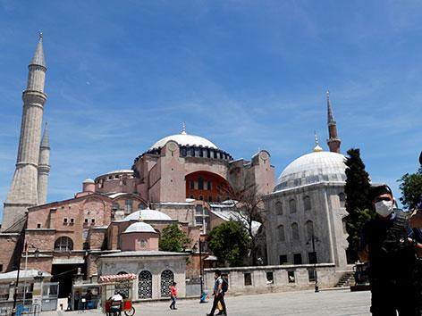 Die Hagia Sophia in Istanbul, maskierte Polizisten stehen davor