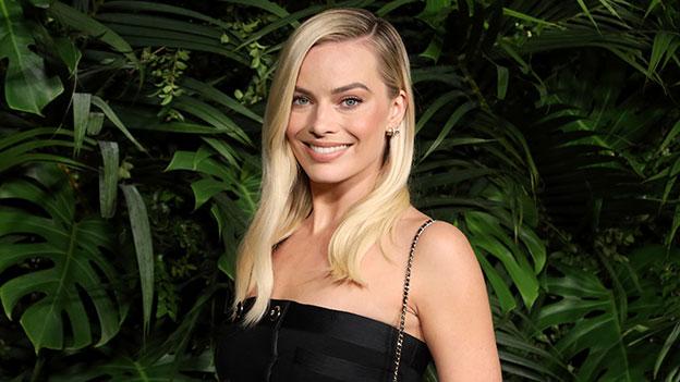 Margot Robbie lächelt