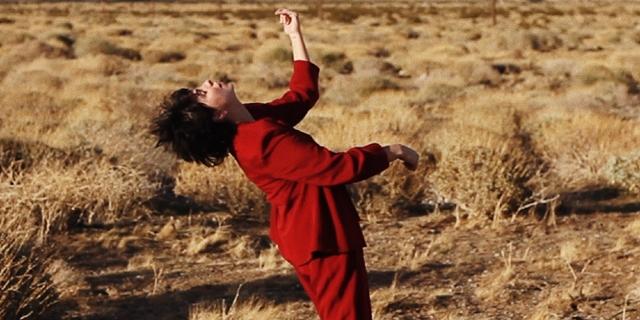 Becca Mancari, roter Anzug, in der Wüste