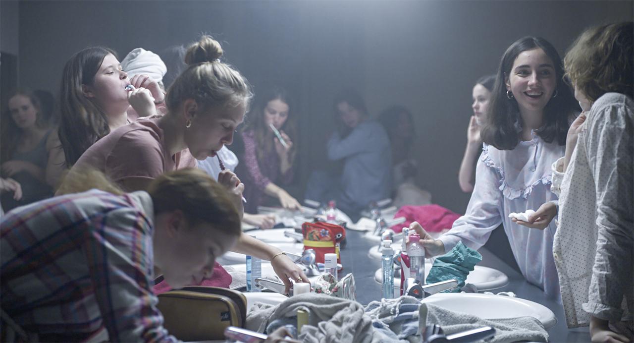 Viele junge Frauen beim Zähneputzen