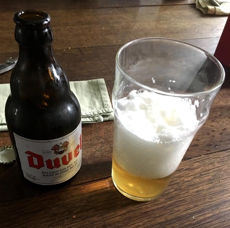 Eine Flasche Bier mit Glas