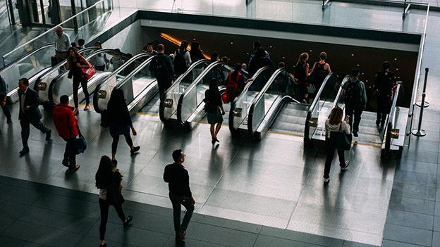 Gruppe, Menschen in der Ubahn, auf Rolltreppe