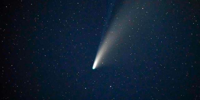 """Der Komet """"Neowise"""" über Goldfield, Nevada im Juli 2020"""