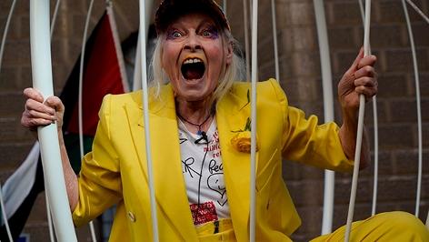 Vivienne Westwood protestiert im Vogelkäfig