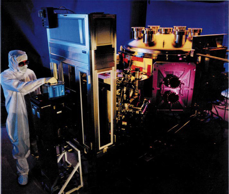 Extreme ultraviolet lithography tool