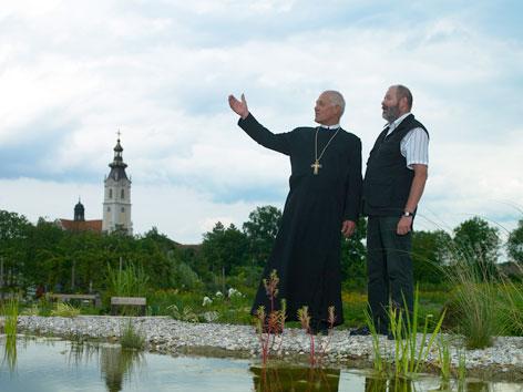 Zwei Männer bei einem Teich nahe Stift Altenburg