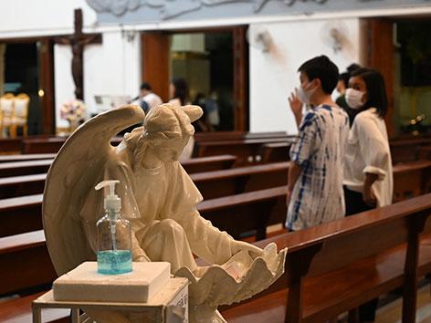 Ein Weihwasserspender in einer Kirche in Bangkok