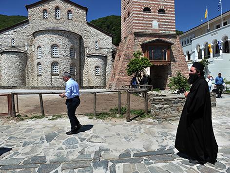 Mönch und Besucher in Karyes auf dem Berg Athos in Griechenland