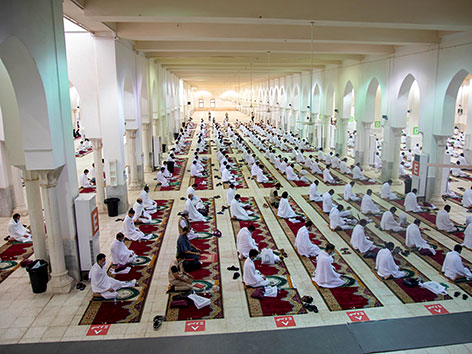 Gläubige beten in der Namira-Moschee am Berg Arafat, Saudi-Arabien, Hadsch 2020