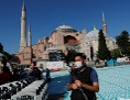 Polizist steht vor der Hagia Sophia in Istanbul