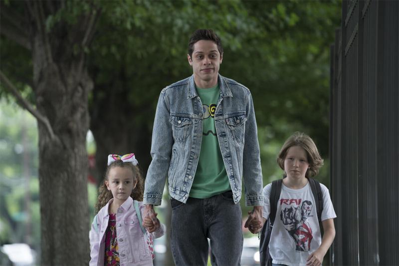 Mann führt zwei Kinder an der Hand