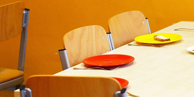 Kindergarten: Kleine Tische, kleine Sessel, Geschirr aus Kunststoff