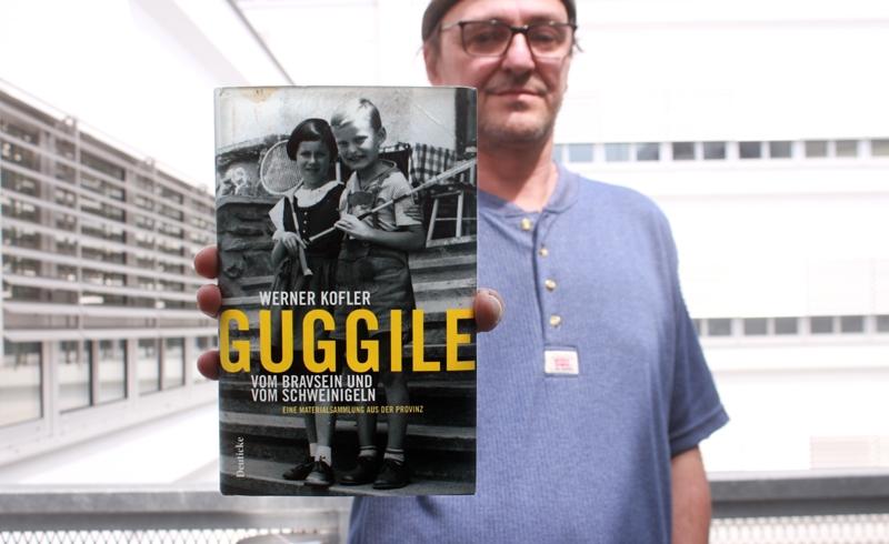 """Boris Jordan hält das Buch """"Guggile"""""""