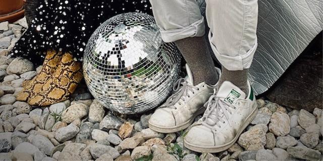 Zwei Paar Füße, dazwischen eine Discokugel