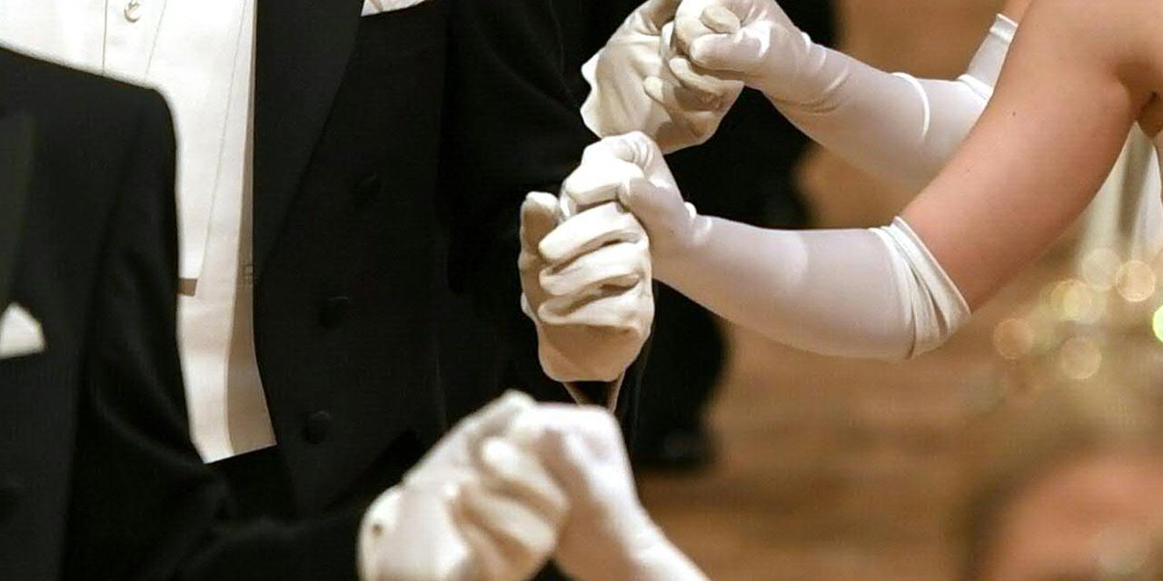 Opernball-Eröffnung: Tanzende mit weißen Handschuhen