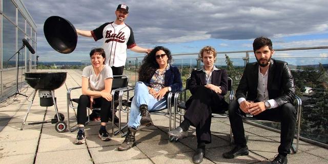 Fiva, Phekt, Voodoo Jürgens und EsRap grillen mit Blick über Wien auf einer Terrasse