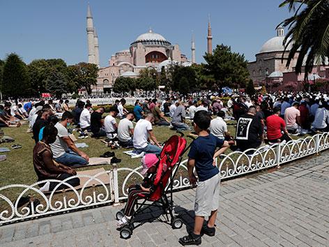 Freitagsgebet vor der Hagia Sophia in Istanbul