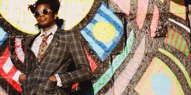 L.A. Salami vor einer Graffitiwand
