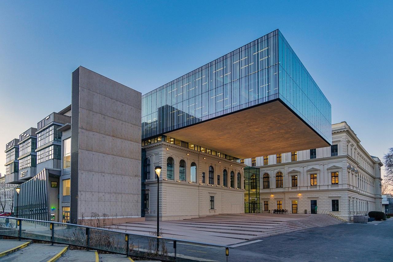Die Hauptbibliothek der Universität Graz und der leere Vorplatz