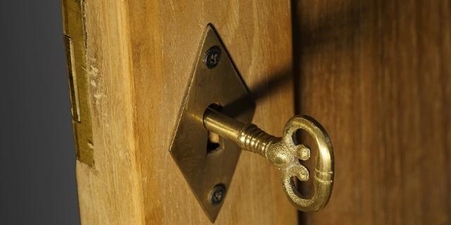 Holztüre mit Schloss, nur angelehnt