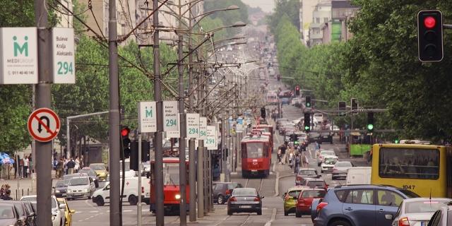 Straßenansicht in Belgrad mit Autos und Straßenbahnen