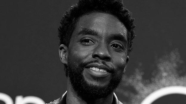 Chadwick Boseman lacht