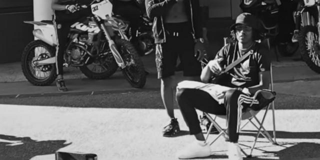 Wie der Camping-Sessel zum It-Accessoire im französischen Rap wurde
