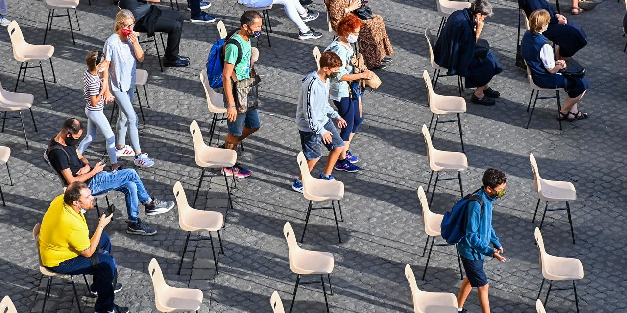 Menschen sitzen mit Abstand