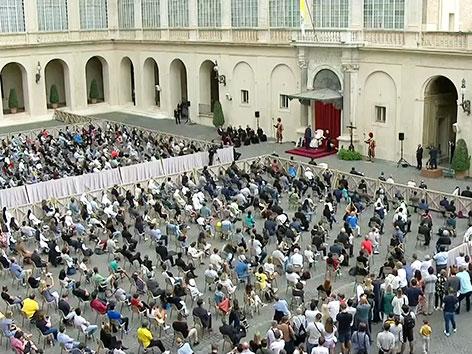 Erste Generalaudienz des Papstes mit Gläubigen. Markierte Plätze sorgten für die Einhaltung der Mindestabstände.