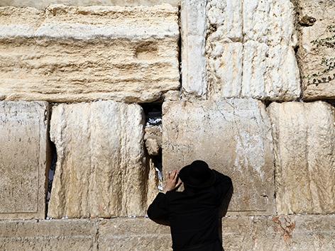 Betender an der Klagemauer in Jerusalem