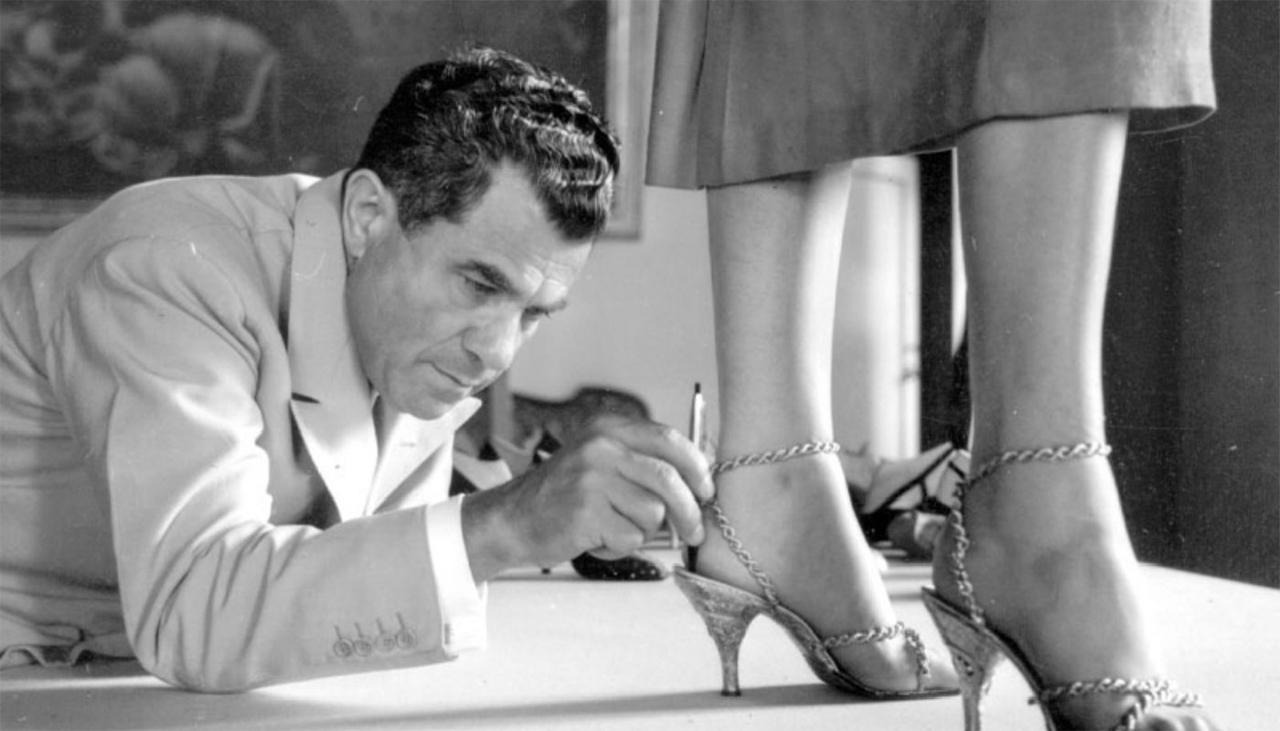 Mann misst die Passform von Schuhen an einer Frau