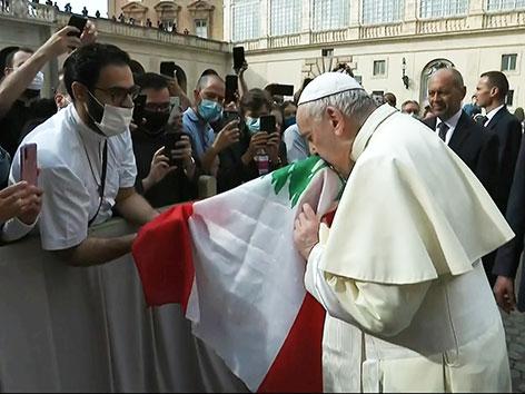 Papst Franziskus küsst eine libanesische Fahne