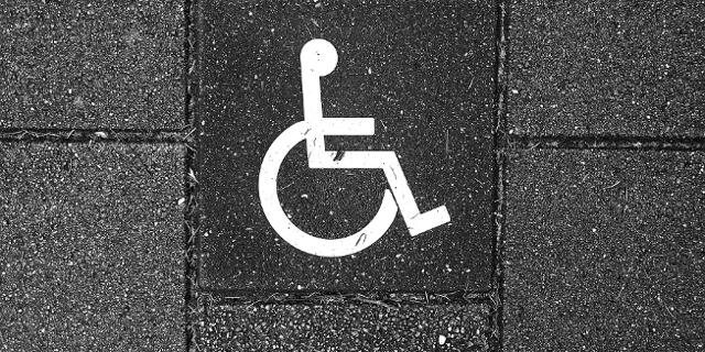 Rollstuhl-Piktogramm auf Stein