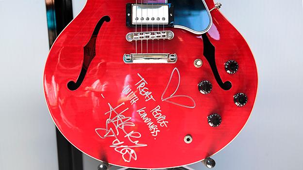 Harry Styles Gitarre rot