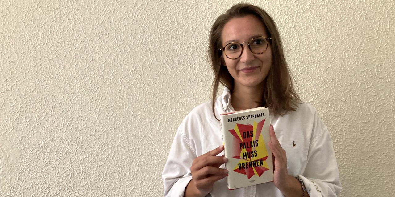 Mercedes Spannagel hält ihr Buch in der Hand